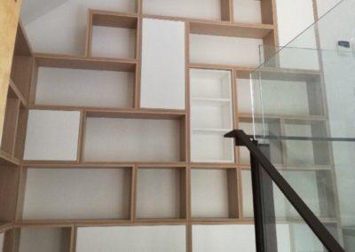 Biblio en coin escalier 25cm - chêne blanchi